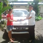 Foto Penyerahan Unit 2 Sales Marketing Mobil Dealer Daihatsu Manado Julianus Tiney SE