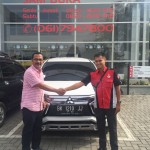 Foto Penyerahan Unit 1 Sales Marketing Mobil Dealer Mitsubishi Rio
