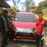 Foto Penyerahan Unit 3 Sales Marketing Mobil Dealer Mitsubishi Rio