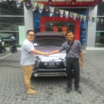 Foto Penyerahan Unit 4 Sales Marketing Mobil Dealer Mitsubishi Rio