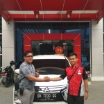 Foto Penyerahan Unit 5 Sales Marketing Mobil Dealer Mitsubishi Rio