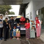 Foto Penyerahan Unit 3 Sales Marketing Mobil Dealer Mitsubishi Sri Mulyati