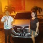 Foto Penyerahan Unit 1 Sales Marketing Mobil Dealer Daihatsu Manado Julianus Tiney SE