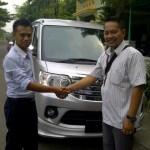 Foto Penyerahan Unit 3 Sales Marketing Mobil Dealer Daihatsu Surabaya  Yudhi Andjar Indarto