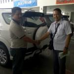 Foto Penyerahan Unit 4 Sales Marketing Mobil Dealer Daihatsu Surabaya  Yudhi Andjar Indarto