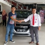 foto-penyerahan-unit-1-sales-marketing-mobil-dealer-honda-banjarmasin-haris