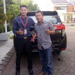 Foto Penyerahan Unit 2 Sales Marketing Mobil Dealer Toyota Surabaya Indra