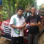 Foto Penyerahan Unit 1 Sales Marketing Mobil Daihatsu Taufiq
