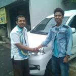 Foto Penyerahan Unit 2 Sales Marketing Mobil Daihatsu Taufiq