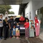 Foto Penyerahan Unit 3 Sales Marketing Mobil Dealer Mitsubishi Sri Mulyati